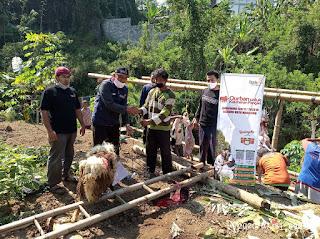 Humas SMP Mutual (peci merah) saat turut penyerahan simbolis kepada perwakilan warga kampung pemulung