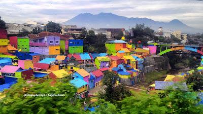 Foto Kampung Jodipan di Kota Malang yang penuh warna.