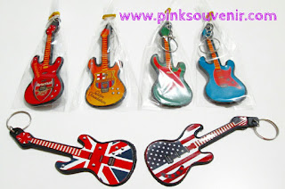 Agen Souvenir Pernikahan Gantungan Kunci gitar plastik