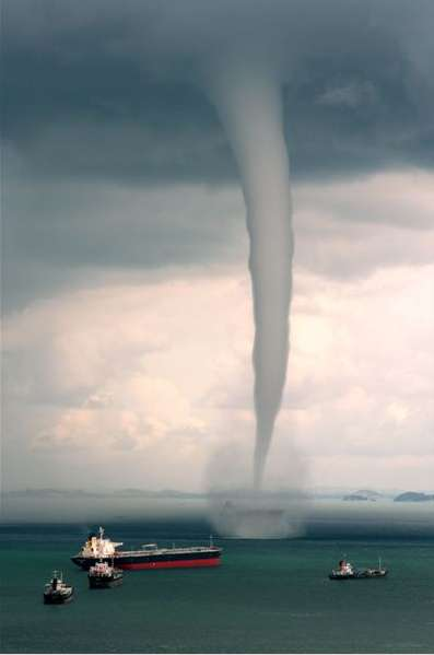 [Immagine: prasannash__singapore_waterspout_tornado_sea.jpg]