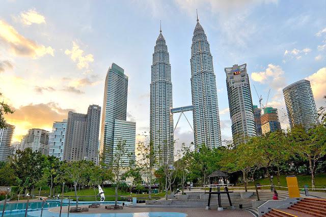 KLCC - Paket Singapore Malaysia Periode Lebaran 2018 - Salika Travel
