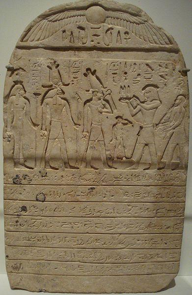 Estela caliza procedente de Mendes, tercer Período Intermedio, Dinastía XXII. La inscripción muestra una donación de tierra a un templo egipcio y lanza una maldición a cualquiera que se apropiara de la tierra o la emplease de forma incorrecta.