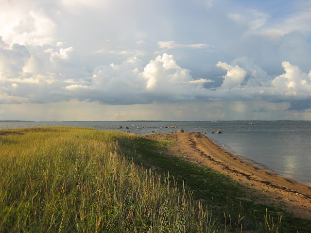 hiekkainen niemi, merta, pilviä