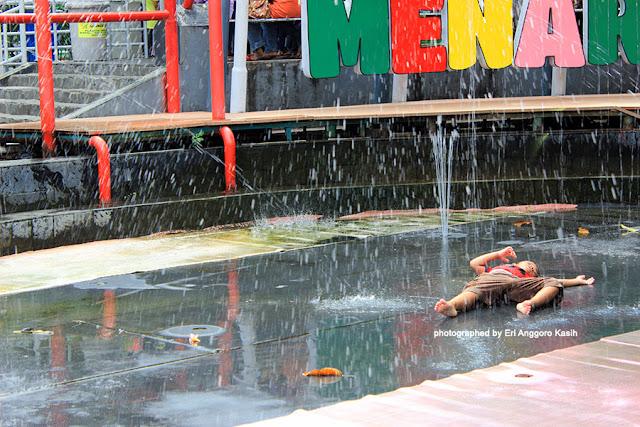 Foto Guling-guling di bawah air mancur Taman Air Menari.