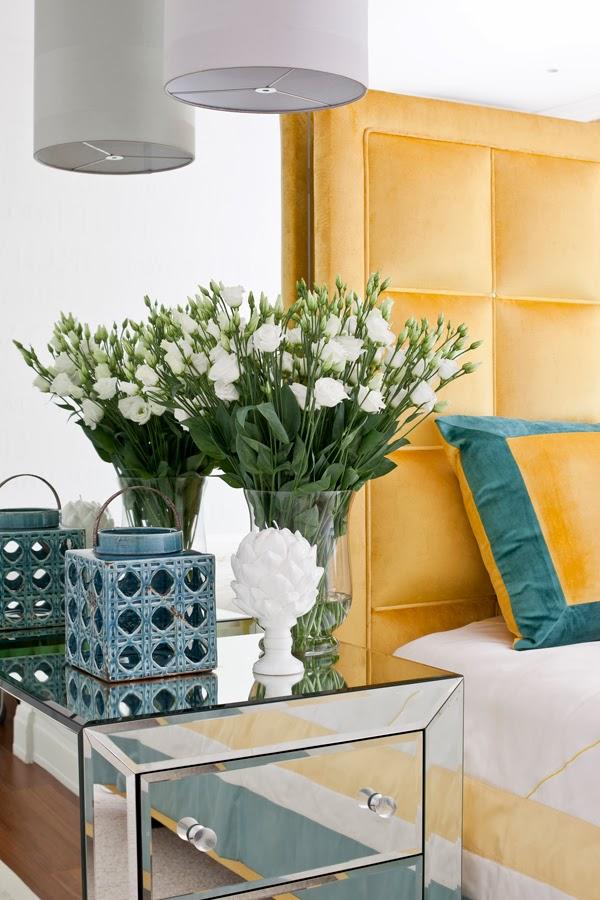 Białe mieszkanie z szarymi i żółtymi dodatkami, wystrój wnętrz, wnętrza, urządzanie domu, dekoracje wnętrz, aranżacja wnętrz, inspiracje wnętrz,interior design , dom i wnętrze, aranżacja mieszkania, modne wnętrza, styl klasyczny, styl nowoczesny, żółte dodatki, sypialnia