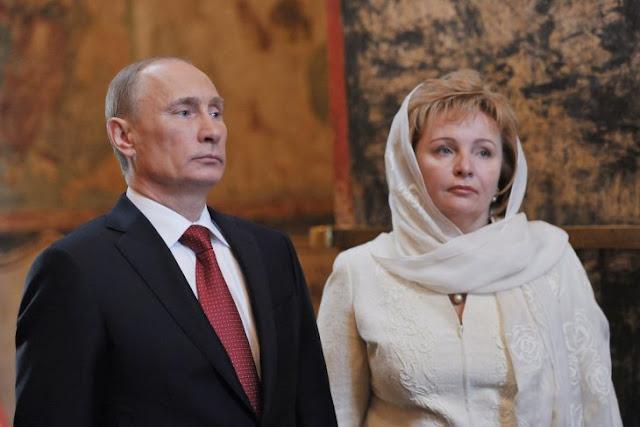 Vladimir Putin entre su ex, la amante y la conejita Playboy