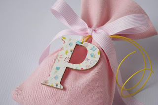 μπομπονιέρα βάπτισης ροζ πουγκί με ξύλινο αρχικό γράμμα και λουλουδάκια