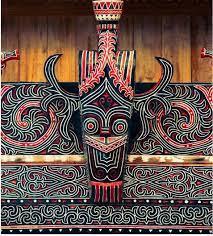 Topik Referensi Macam- macam Seni Budaya Batak. Suku Batak merupakan suku yang bermukim di wilayah provinsi sumatera Utara.mendiami wilayah yang relatif luas yaitu dari tepian danau toba,pulau samosir,hingga ke dataran tinggi silindung.    Dengan seni  budaya maupun ragam seni yang unik di mata dunia sehingga mengundang ketertarikan banyak wisatawan pihak luar daerah sumatera maupun luar negeri yang selalu berkunjung ke sana.    selain menikmati ke indahan alam danau toba,mereka juga sangat tertarik menikmati acara acara tradisional masyarakat batak toba. ada beragam kesenian mulai dari seni Tari,seni musik,seni kerajinan,seni sastra,hingga seni rupa,hidup menyatu dalam adat istiadat samapai sisi religi masyarakat batak toba.    Paling uniknya meskipun zaman semakin modern,ragam seni itu tetap bertahan awet bahkan menjadikan bahan ini sebagai tujuan penting dalam  perjalanan destinasi  pariwisata ke danau toba.untuk mengetahui lebih lanjut berikut pembahasan:    Macam macam Seni Budaya Batak   Seni pada mulanya adalah proses dari manusia, dan oleh karena itu merupakan sinonim dari ilmu. Dewasa ini, seni bisa dilihat dalam intisari ekspresi dari kreativitas manusia. Seni juga dapat diartikan dengan sesuatu yang diciptakan manusia yang mengandung unsur keindahan.    macam Seni pada Budaya Batak:    1.Seni Tari   Topik Referensi    Tari Tortor menjadi salah satu kesenian yang paling menonjol dalam masyarakat Batak Toba. Manortor (menari, bahasa Batak Toba) merupakan lambang bentuk syukur kepada Mulajadi Nabolon, dewa pencipta alam semesta, dan rasa hula-hula dalam konsep kekeluargaan mereka. Oleh karena itu, tarif biasanya dilakukan dalam upacara ritual, atau dalam upacara adat, seperti acara pernikahan.    2.seni Musik   Topik Referensi      alat musik, juga menjadi bagian dalam pelaksanaan upacara ritual dan upacara adat dalam proyek orang-orang Batak Toba. Dua jenis ansambel musik, gondang sabangunan dan gondang hasapi adalah alat musik tradisional yang paling serin