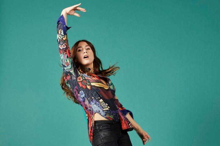 Izia Higelin, musisi sekaligus aktris Perancis yang menyumbang rendisi lagu pada proyek The Metallica Blacklist.