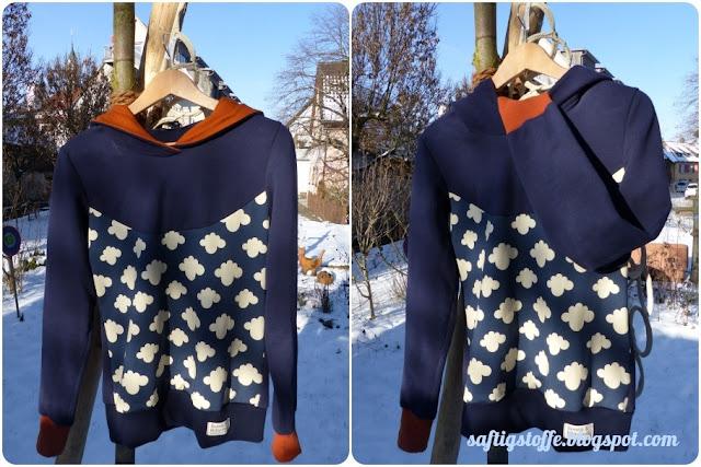 dunkelblauer Hoodie mit Wölkchen-Muster und rostorange-farbener Kapuze und Bündchen