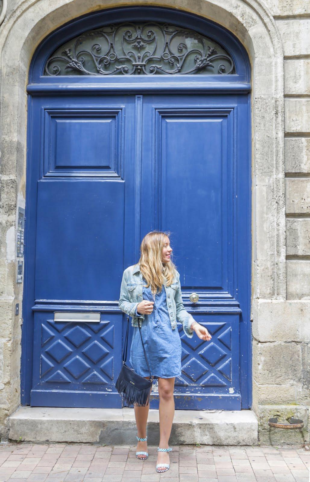 Porte immeuble bleu bordeaux