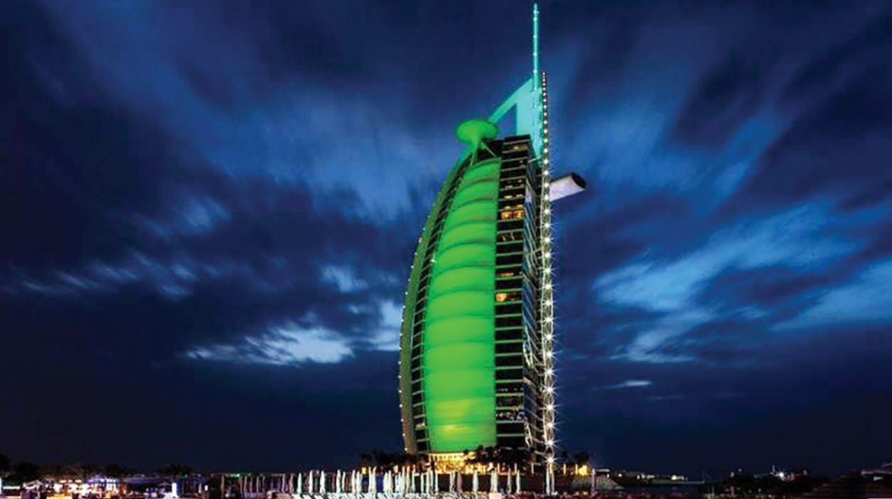 معالم الإمارات السياحية تتزين باللون الأخضر بمناسبة اليوم الوطني الأيرلندي