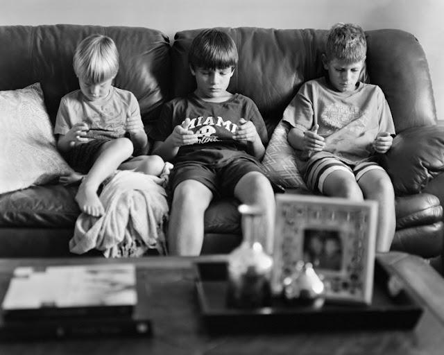 foto bambini sul divano