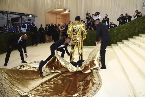 Photo 2 de Lis Nas au MET et sa tenue Versace