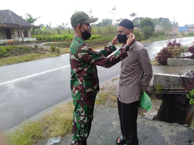 Sekaligus Edukasi Covid-19, Personel Jajaran Kodim 0207/Simalungun Bagikan Masker Kepada Warga Binaan