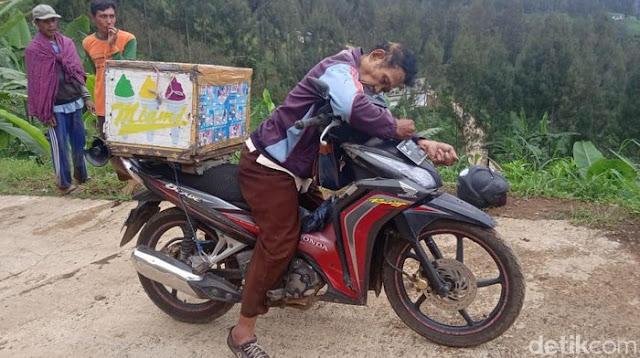 Maut bisa datang tiba tiba, Diam dan tak bergerak Ternyata Penjual Es Keliling Ini Meninggal di Atas Motornya