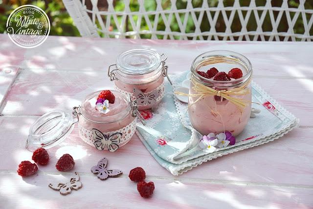 Dessert mit Qimiq und Himbeeren