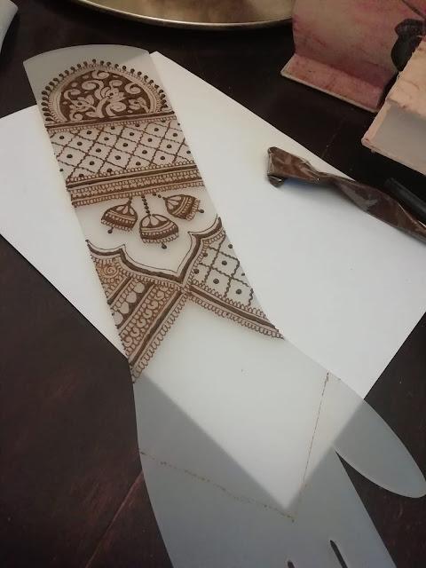 pratica di disegno da sposa con hennè