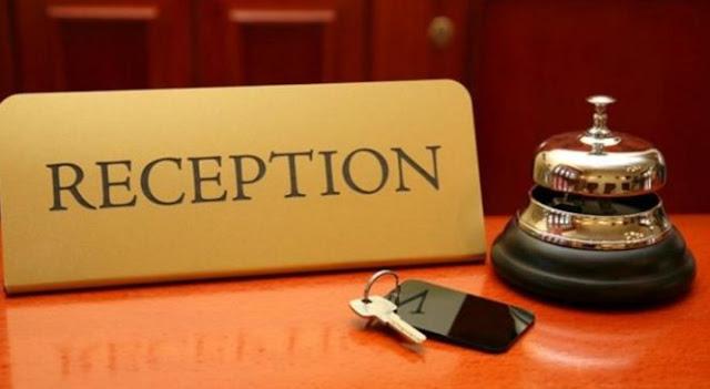Κοπέλα ρεσεψιονίστ αναλαμβάνει την κάλυψη των ρεπό αντίστοιχης θέσης σε ξενοδοχείο