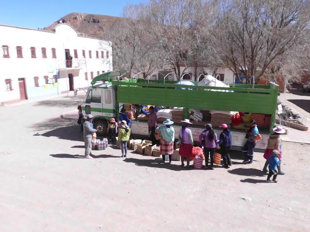 Auch die Bevölkerung war natürlich sehr froh, dass der LKW mit Lebensmitteln auf dem Dorfplatz eingetroffen ist. Es ist unser mobiler Dorfladen.