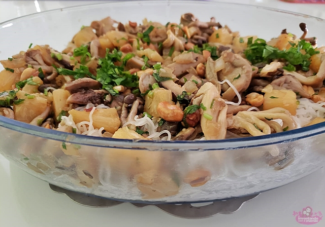 cogumelos na manteiga com abacaxi e amendoim