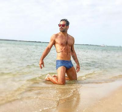 Henri Castelli posa sexy na praia