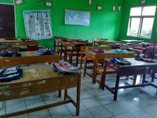 Viral Di Dunia Maya..Musim Sekolah Tiba...Wali Murid Baru Sudah Ngetekin Bangku Sekolah Untuk Anaknya...