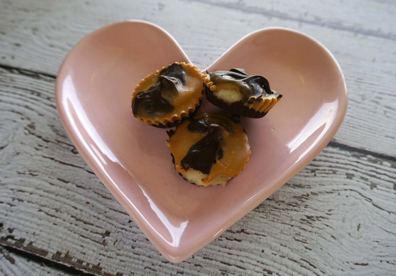 Easy Peanut Butter Banana Cups // Healthy Sweet Snacks   beautywithlily.com