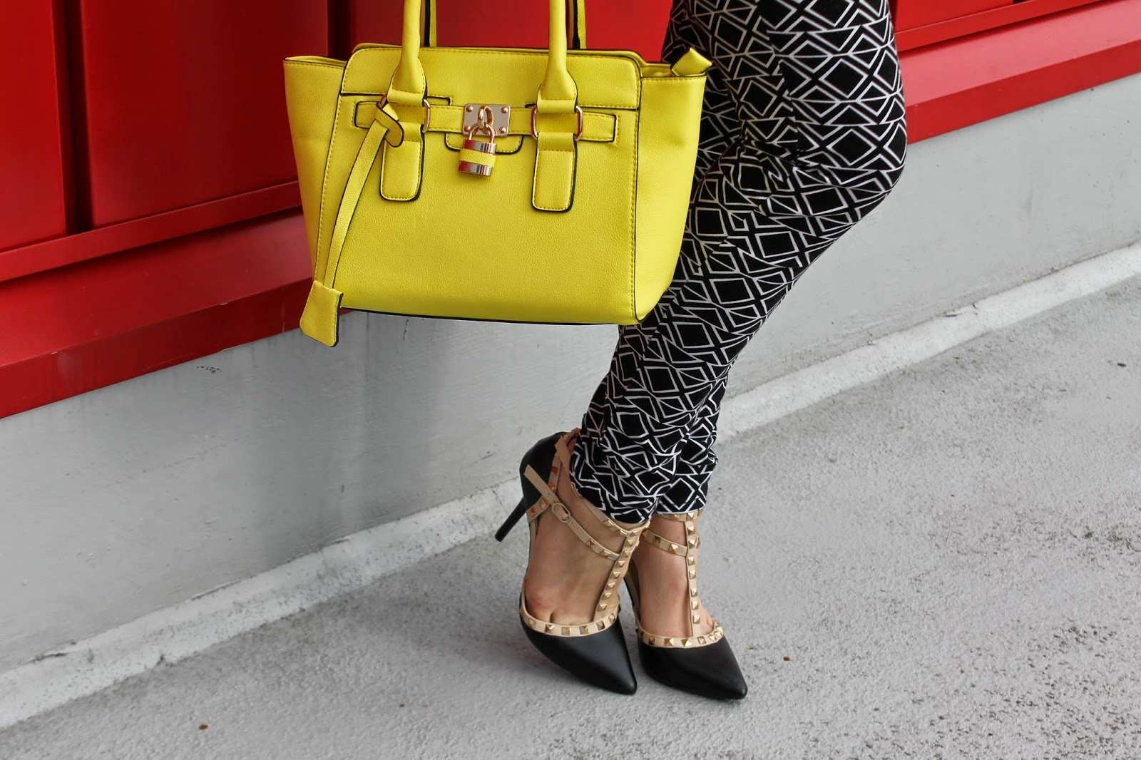 what-to-wear-with-neon-yellow-purse