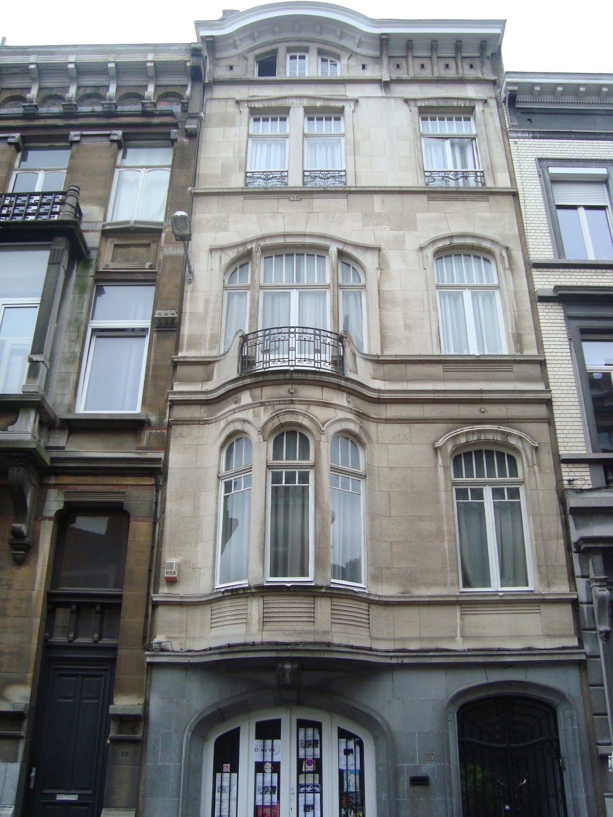 Paseos art nouveau porte 39 37 rue van elewyck for Maison avec bow window