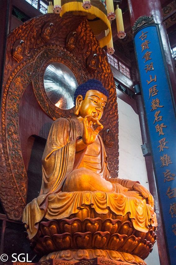 Buda en el templo del alma escondida en Hangzhou. Un dia en Hangzhou