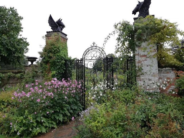 angielski ogród przy murze