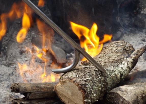 kayu dibakar menimbulkan api