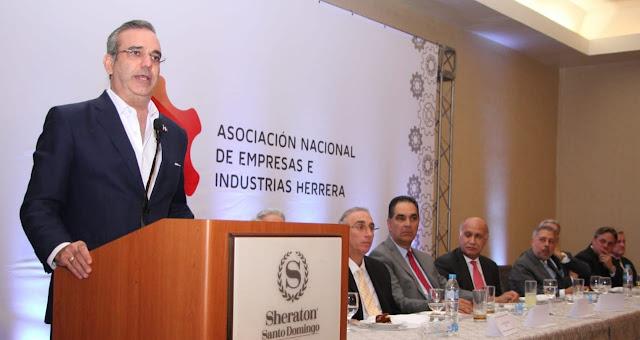 Abinader invita empresarios a pensar juntos el futuro productivo del país