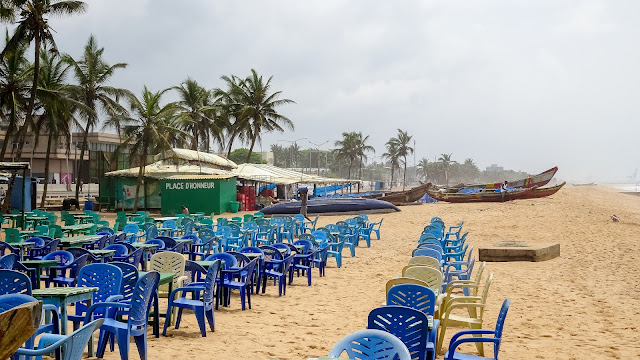 Lomé Restaurants at the beach with blue chairs