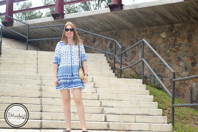 Vestido étnico azul y blanco de SheIn para MividaEnblog con bolso y gafas