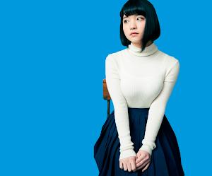 Chica Asiatica Con Suéter Blanco y Falda Azul Marino