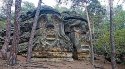 batu berwajah setan