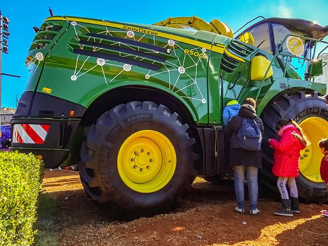 Maquina agrícola en exposición