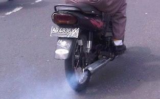 menghilangkan asap knalpot motor