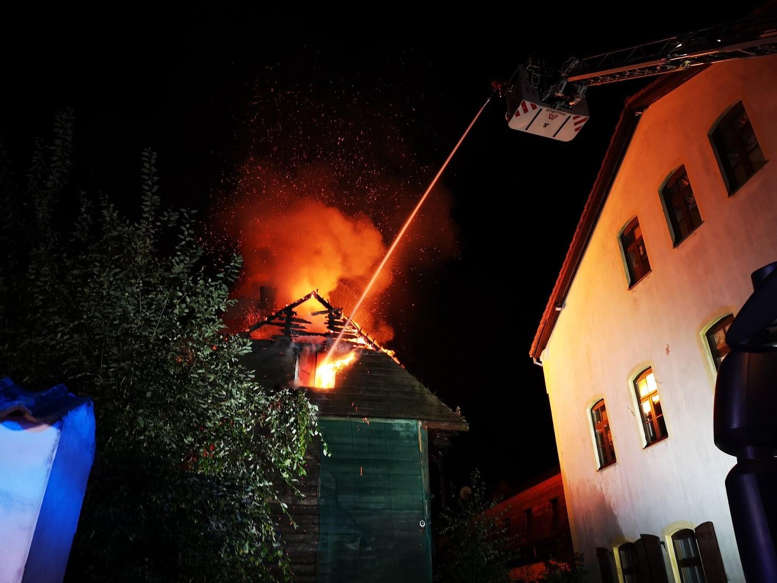 Liesmas pārņēmuši ēkas jumtu