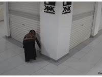 Viral terekam CCTV, Wanita Ini Diduga Sebar Tanah Kuburan dan Air Sisa Mandikan Jenazah ke Toko Saingan