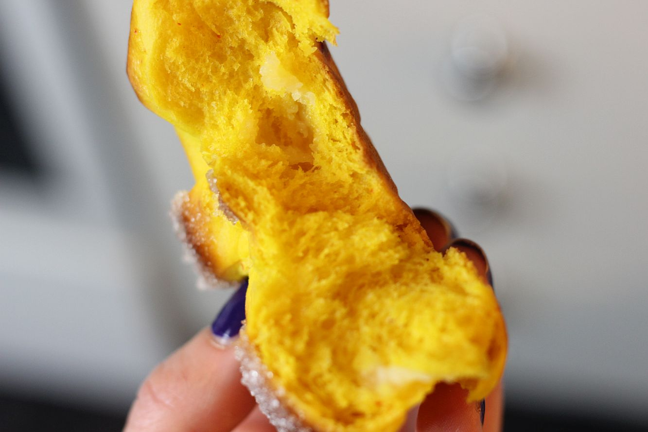 Shafranovi kozunacheta s vanilov krem
