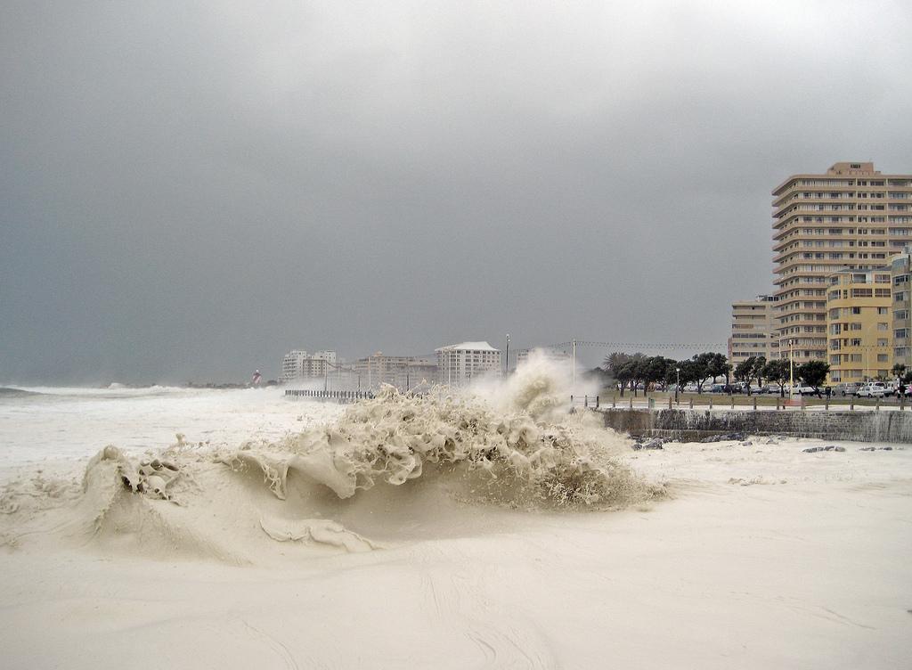 ظاهرة نادرة جداً تحدث في كيب تاون .. رغوة المحيط  تغزو الشوارع 0_7a102_1fe0dc85_ori