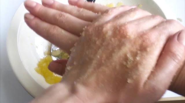 كيفية تقشير اليدين طبيعياً