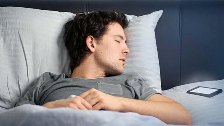 Awas, Jangan Tidur Dekat Ponsel! Inilah Efek Mengerikan Yang Timbul