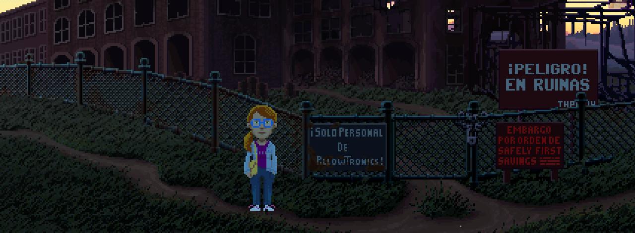 Delores, una chica pelirroja con gafas azules, está delante de una fábrica abandonada.