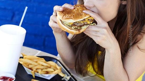 trabalhadora obrigada comer fast food indenizada