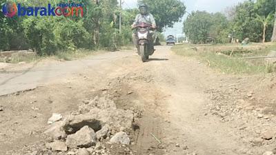 Tanpa Ada PJU, 4 Tahun Akses Jalan Kabupaten Sepanjang 2,5 KM Di Biarkan Rusak