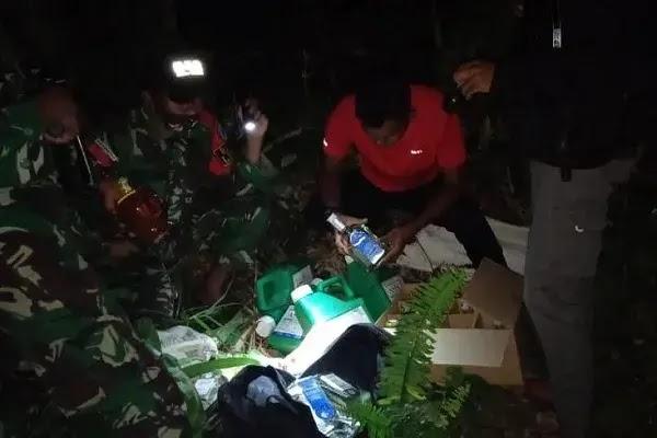 TNI Aman Barang Bukti Penyelundupan Miras dan Racun Tanaman Lewat Jalan Tikus Malaysia - Indonesia
